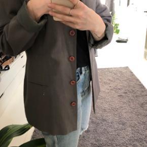Boyfriend oversize blazer jakke i flot grå farve. Med knapper.