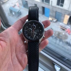 Armani Exchange ur i sort læderrem Nypris 1.600 kr Mindstepris 600 kr Meget lidt brugt!