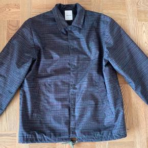 Varetype: Jakke Farve: Armygrøn Oprindelig købspris: 2000 kr. Prisen angivet er inklusiv forsendelse.  Fed jakke perfekt til forår og efterår , den fremstår som ny.