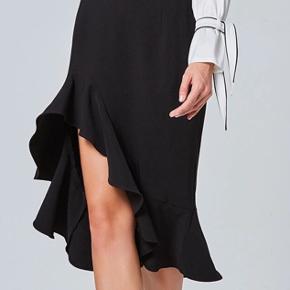 Super smuk nederdel købt herinde - desværre købt for stor.  Syet i strækstof, høj åben slids foran, lukkes med lynlås.