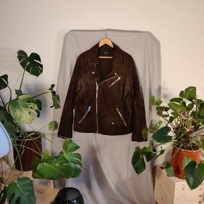 Brun suede-jakke i stilet biker cut,  let og god til efterår og forår.  Pris fra ny var 2500