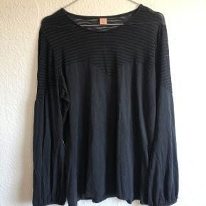 Sort bluse med gennemsigtigt stykke øverst. I blusen står der størrelse XXL, men denne passer klart bedre en L. Jeg sælger desuden kjolen magen til
