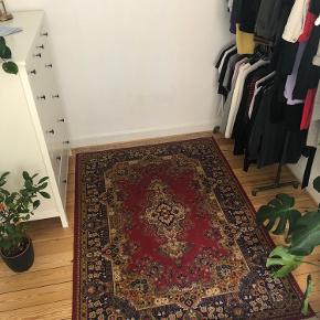 Fint, stort, velholdt tæppe.  Måler 140x199 u. Flæser.  Flæser måler 7 cm.