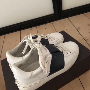 Sælger disse rigtige lækre Valentino sko, de er prøvet på et par gange, sælger udelukkende fordi jeg ikke går op i sko mere.. der medfølger alt, box, kvittering Str: 39, men fitter større  BYD