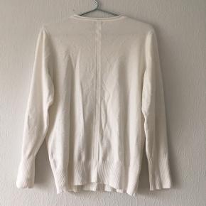 Hvid bluse med broderede prikker fra Micha, str. L/42, men passer også mindre