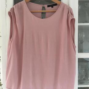 Varetype: Bluse Farve: Rosa Prisen angivet er inklusiv forsendelse.  Meget let og lækker  gerne mobilpay og 10 kr over ts