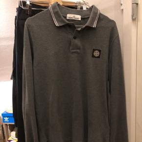 Sælger denne Long sleeve Stone Island polo da jeg ikke længere har brug for den. - Har en flaw, sidder nederst til Venstre på trøjen og er ikke tydelig. Beregnes dog med i pris.  Condition: 7/10 Str: M - TTS Pris: 300kr  Fragt betales af køber.