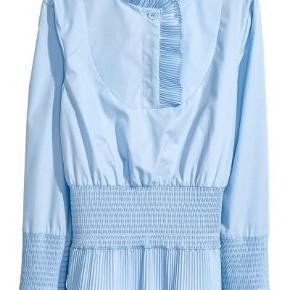 Lyseblå bluse med smock fra H&M. Aldrig brugt. Mærke sidder stadig på. Str. 38.