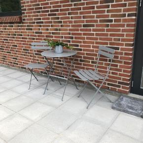 Gråt café havesæt, perfekt til altanen eller en hyggekrog.