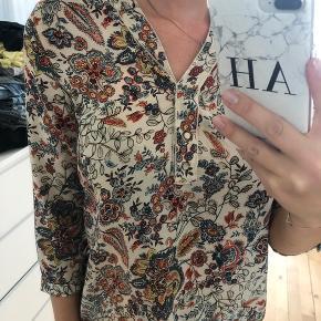 Flot blomstret bluse-skjorte fra ZARA. Brugt få gange og fejler ikke noget.  📦 Kan sendes med DAO eller Post Nord (sender som regel samme dag, ellers næste dag) 📍eller afhentes i Ishøj 📲 Betal med MobilePay