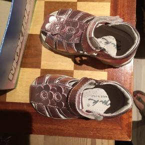 Mokine læder sko - super lækre Italienske baby sko i  Metalic lyserød farve. Været på 2 gange. Så fine !!🌸🎉