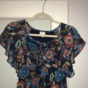 NEDSAT! SIDSTE CHANCE!Kjole købt i USA. Str small men med elastik i taljen. Mørkt foer i.  Aldrig brugt!