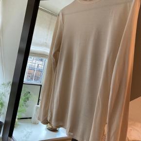 Smuk, let gennemsigtig Filippa K trøje.