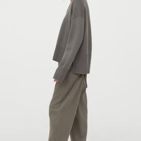 Lækker strik fra h&m i cashmere og uld (50 % cashmere og 50 % uld). Sælges da modellen ikke klæder mig. Helt ny. Mp 450.