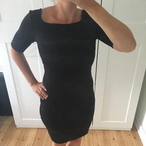 Super skøn COS kjole. Kjolen er en S, men en stor small. Jeg bruger normalt medium, men kan fint passe en small  Sender gerne, hvis køber betaler fragt :)