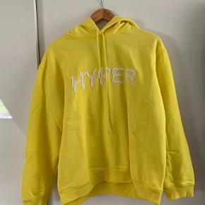 Sælger denne lækre hoodie fra samsøe samsøe som aldrig er brugt Nypris var 800kr Byd endelig