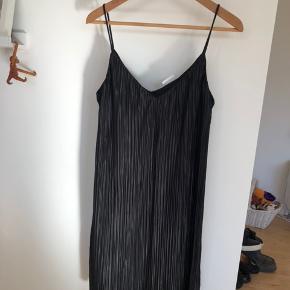 Flot kjole der falder smukt. Kjolen har fastsyet underkjole.   Aldrig brugt.   100% polyester.   Køber betaler evt porto. Jeg sender med Dao.