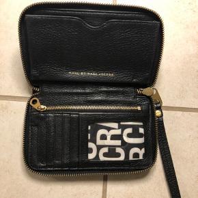 Sælger min pung fra Marc By Marc Jacobs, der er brugsspor i hardware, men intet i læderet. Husker ikke nypris.. Køber betaler fragt.