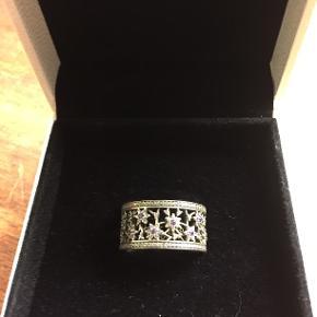 Pandora ring i str 56, kun brugt et par gange, ny pris 500-600 kr