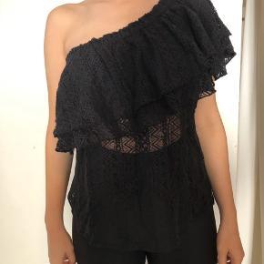 En fin lille one shoulder fest top. Dækker til over brysterne 🖤