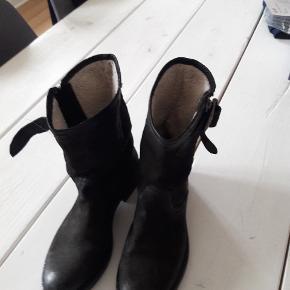 Kort sort støvle m. foer . Brugt få gange