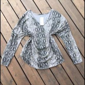 Lækker oversize bluse med snake print. Ny med mærke
