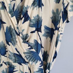Kjole fra Ganni. Kan bruges med og uden tilhørende sort bælte. Længde 90cm. Style. San pedro. Meget pæn i standen.