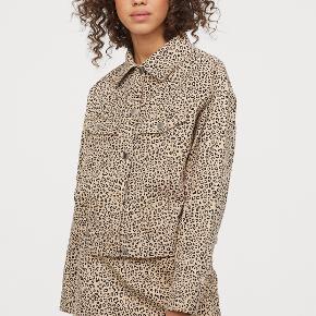 Fin jakke fra H&M Divided - aldrig brugt. Nypris: 249 kr.