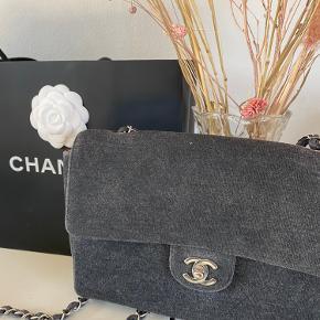 Vintage Chanel mørkegrå cotton flap bag. Produceret i 2000/2001. Sølv hardware Kan bæres både over skulder og som crossbody.  Indersiden er i den skønnes baby lyserøde farve.