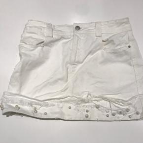 BRUGT 1 gang. Cool hvid denim nederdel med perler foran