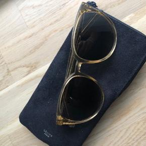 Flotte solbriller kun brugt få gange. Flot transparent stel med brunt, graded glas.   Giv er bud. Køber betaler evt porto og gebyr.   Nypris ca 2600kr. Husker ikke præcist. Er købt i Magasin.