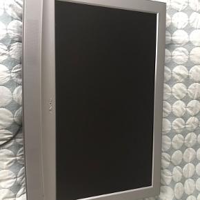 """Fin stand TV fra Phillips, 31"""". Fin stand uden ridser. Dog er farven på fjernbetjeningen gulnet. LCD skærm."""