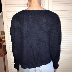 Sød strik / sweater fra Brandy Melville i flot navy farve og loose fit. Mærket er klippet ud, men den fitter xs-m. Byd endelig :D