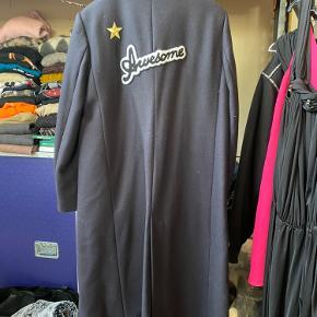 Som sprit ny. Har kun hængt i skabet. Uldfrakke. Prisen er fast. Bytter ikke.  Kan ses/afh i Søborg på Generatorvej eller sendes på købers regning.