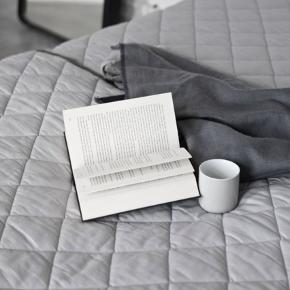 2 stk Menu Quilt vat sengetæppe/plaid grå - 140x200 cm. Pr stk 250 kr  Ny pris pr stk 1199kr  Quilt tæppe fra menu  Quilt er et klassisk vattæppe i høj kvalitet i to gråtoner. Tæpperne har to forskellige sider: en mørk og en lys grå, som spiller fint sammen og komplimenterer hinanden.  Tæpperne kan bruges både inde og ude, i sommerhuset, på stranden eller i parken. Det er ideelt som sengetæppe, ekstra komfort på sofaen, i udestuen eller som legetæppe på børneværelset.  Fremstillet i 100% bomuld med 100% polyester fyld.