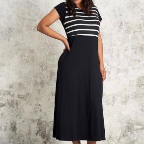 Jersey maxi kjole i sort med hvide striber for oven .  Str Xl ( 54 )  Kun brugt et par gange