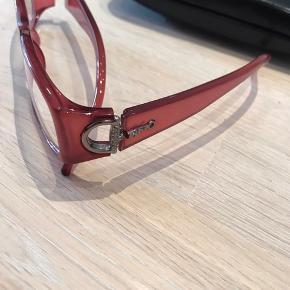 Flotte briller fra Gucci i rød med pynt på den ene side. Etui medfølger. Brilleglas kan udskiftes