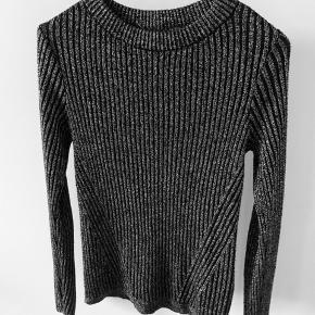 Sort glimmer trøje fra H&M Passes af en XS ✨