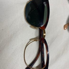 Ray-Ban solbrille som jeg har mistet et glas til og derfor ikke fået dem brugt.  De er ægte, men kvittering have ikke da de er en år gamle 🌟