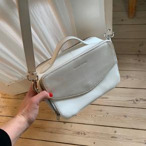 Sælger min hvide Daniel Silfen taske, da jeg aldrig får den brugt, og den er næsten overhovedet ikke brugt. Har ingen misfarvninger eller skrammer, den fremstår som næsten ny.   Skriv gerne for flere billeder :)