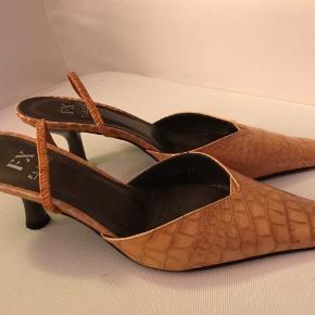 Farven har et skær af varm bronze - de er brugt et par gange men uden ridser og brugsspor . Dog ses det på sålen under skoene ( ægte læder )