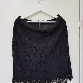 Sort blonde nederdel fra Inwear. Brugt 2 gange. Uden stræk. Guld lynlås og slids bagpå. Livvidde: 45 cm . Længde: 55 cm