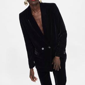 Sort velour blazer fra Zara i en str xs. Brugt få gange, da den er for lille. Derfor sender jeg heller ikke billeder med den på, sender dog gerne billeder af blazeren. Købt i Zara i Amsterdam.  #30dayssellout