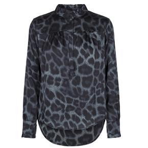 Sælger denne flotte skjorte fra Neo Noir. Den er i str. XS og aldrig brugt. Nypris er 599 :) kom gerne med bud!