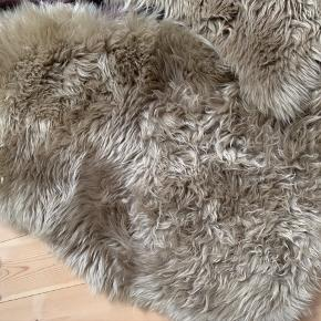 New zealandsk lammeskind fra Lammeskindet.dk. 90x60 cm. Har ligget i to stole der er blevet brugt lejlighedsvist. 300,- pr stk eller 500 for begge.