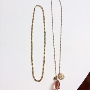 Aldrig-brugte halskæder.  Begge guldfarvede, den ene med en koral-farvet sten. Bly- og nikkelfri. 1 for 45,- / 2 for 70,-