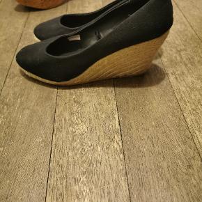 Sandaler, Aldrig brugt. Rødby - Sandaler, Rødby. Aldrig brugt, Er måske blevet prøvet på men aldrig brugt. Ren men ikke vasket. Ingen mærker eller skader