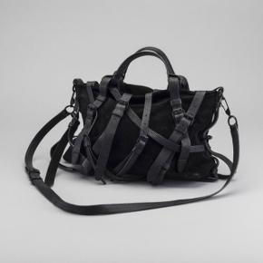 Jeg overvejer at sælge min skønne Alexander Wang taske. Den er super sej og med et unikt design. Den kan både bæres over armen eller crossbody. Super god størrelse - der er også plads til en vandflaske, paraply, en ekstra trøje ect. Tasken er i rigtig god stand, kun med lidt brugstegn på ruskindet, men intet der ses.