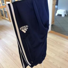 Adidas bukser Str. S Giver mængde rabat
