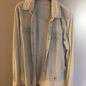 Varetype: Langærmet Farve: Hvid Oprindelig købspris: 800 kr.  Sælger denne her cowboy skjorte. Kom med et bud skal væk  Str: XL
